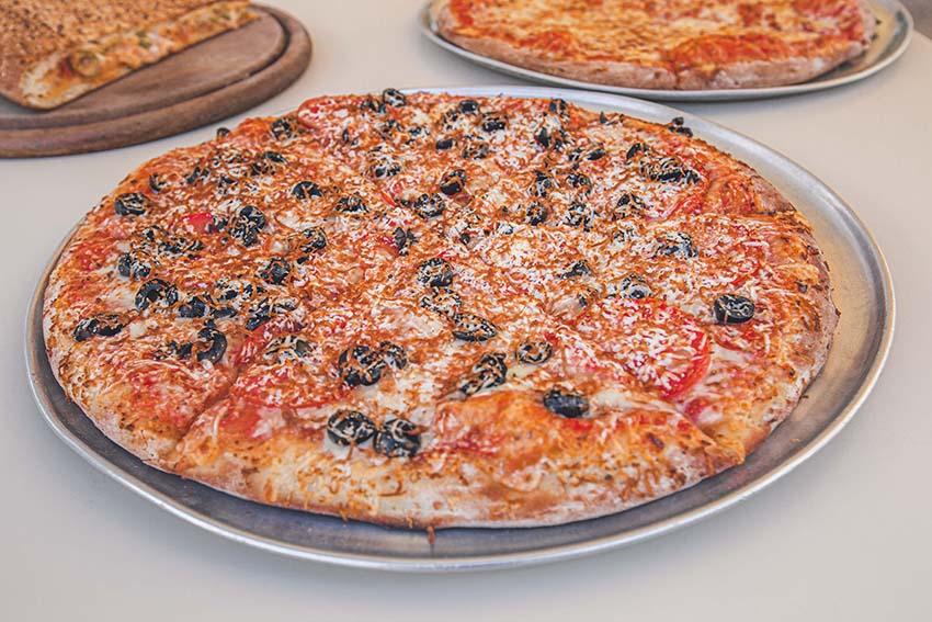 פיצה משפחתית עם זיתים שחורים ועגבניות